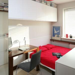 Wiszące szafki umieszczone na ścianie  stanowią dodatkowe miejsce na  przechowywanie. Białe, gładkie fronty  wyglądają lekko. Fot. Bartosz Jarosz.