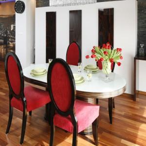 Owalny kształt zdobionego abażuru koresponduje formą ze stołem, o takim samym kształcie. Projekt: Jolanta Kwilman. Fot. Bartosz Jarosz.