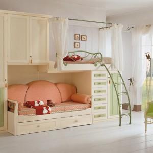 Finezyjna balustrada na górnym łóżku oraz subtelny parawan sprawia, że nabiera ono dziewczęcego charakteru. Fot. Pentamobili.