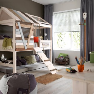 Piętrowe łóżko z dachem to propozycja ze sklepu Cuckooland. Idealne miejsce do snu i zabawy. Fot. Cuckooland.