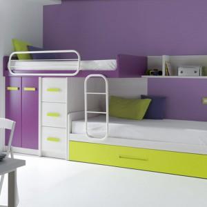 Trójkolorowe łóżko piętrowe z wbudowaną szafą sprawdzi się w niedużym pokoju chłopców. Fot. Circulo Muebles.