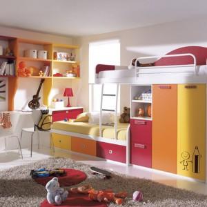 Praktyczna meblościanka z dwoma łóżkami, szafą, szufladami i półeczkami na drobiazgi. Fot. Circulo Muebles.
