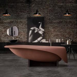 Wanna Concrete  marki Glass to model o wyjątkowym kształcie wykonany z materiału kompozytowego; oferowana w kilku stonowanych kolorach. Idealny model do wnętrza w stylu loft. Fot. Glass/A'qua Design.