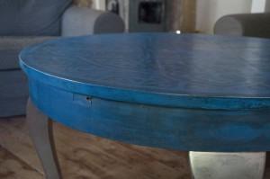 Stary stół odremontowany był malowany warstwowo.