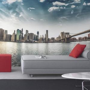 Fototapeta z panoramą Nowego Jorku doskonale ozdobi przestrzeń dzienną, a przy tym optycznie ją powiększy. Fot. Pixers.