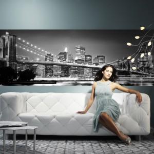Niedużych rozmiarów fototapeta z motywem Brooklińskiego  mostu w czarno-białej kolorystyce idealnie zastąpi tradycyjny obraz. Fot. Castorama.