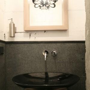 Bardzo małą toaleta o powierzchni 1,5 m kw jest przeznaczona dla gości, ale ze względu na  lokalizację obok pokoju dziennego służy także domownikom: mogą tu szybko umyć ręce po powrocie z pracy oraz przed posiłkiem. Projekt: Jarosław Jończyk. Fot. Bartosz Jarosz.