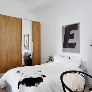 Fronty szafy podzielono na równe części, wybrane elementy pokryto lustrzanymi taflami, które optycznie powiększają przestrzeń. Całość prezentuje się elegancko i nowocześnie. Fot. Stadnshem.