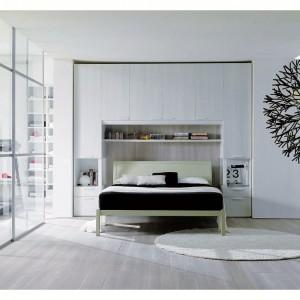 Wysoka zabudowa ściany za łóżkiem to doskonały pomysł na wykorzystanie przestrzeni do przechowywania. Fot. Dielle.