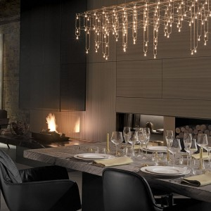 Wyjątkowy charakter przestrzeni jadalnianej podkreśla efektowne oświetlenie o lekkiej formie. Fot. Poggenpohl.