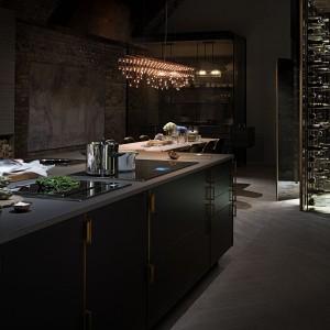 Projekt The Fourth Wall uwzględnia także miejsce do przechowywania wina, wyglądające niczym elegancka biblioteka. Fot. Poggenpohl.