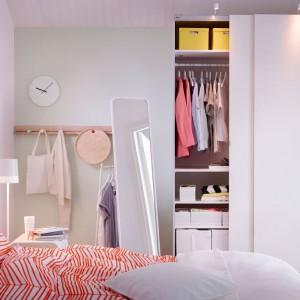 Pojemna szafa PAX dostępna w wielu rozmiarach. Wnętrze szafy możemy dowolnie zorganizować dzięki akcesoriom, które sprzedawane są oddzielnie. Fot. IKEA.