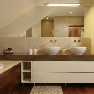 Drewno zastosowano również na podłodze, dzięki temu aranżacja łazienki w klimacie SPA jest naturalna i ciepła zarazem. Projekt: Magdalena Olchowik, Iza Niesiołowska. Fot. Bartosz Jarosz.