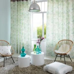 Półprzezroczyste zasłony w pastelowych barwach to idealna dekoracja okien w nowoczesnym salonie. Lekka tkanina znakomicie komponuje się z ażurowymi krzesłami. Kolekcja Giverny marki Casadeco. Fot. Casadeco.