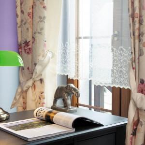 Romantyczna i elegancka dekoracja okienna z kolekcji Tajemniczy Ogród marki Haft. Fot. Haft.