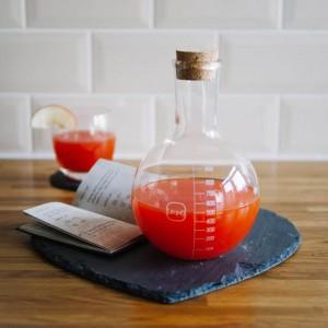Oryginalna karafka na przypominająca naczynie laboratoryjne. Wlany do niej sok wygląda jak czarodziejska mikstura. Fot. The Gift Oasis.