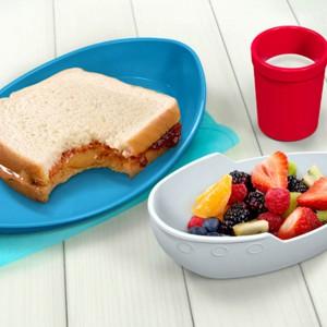 Naczyniowy statek zawiera talerz na kanapkę, miseczkę na sałatkę oraz kubek na herbatę, sok czy mleko. Fot. The Gift Oasis.