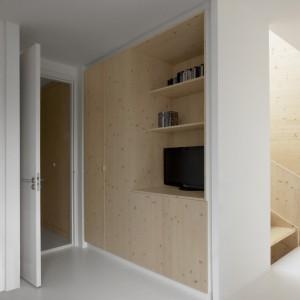 Wszelkie szafki, półki i schowki przyjęły formę estetycznie wkomponowanej w ściany zabudowy. Nie przytłaczają wizualnie wnętrza, wkomponowując się w jego minimalistyczny charakter. Projekt: i29 interior architects. Fot. i29 interior architects.