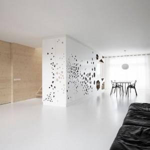 Architekci przeobrazili mieszkanie pełne ciemnych korytarzy w przestronne wnętrze pełne światła. Projekt: i29 interior architects. Fot. i29 interior architects.