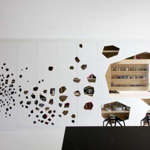 Zabudowa kuchenna przechodzi w półwysep otwarty na jadalnię. Szef domowej kuchni może swobodnie rozmawiać z domownikami siedzącymi przy stole. Projekt: i29 interior architects. Fot. i29 interior architects.