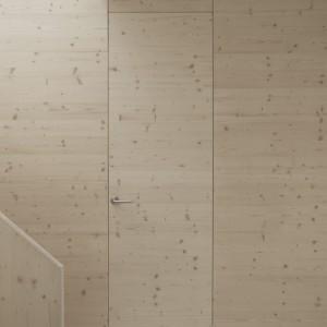 Drewno sosnowe ociepla wizualnie wnętrze, jednocześnie komponując się z nim stylistycznie. Dzięki temu, że pozostawiono je w surowej postaci i uformowano z niego proste kształty, wpisuje się idealnie w minimalistyczny charakter przestrzeni. Projekt: i29 interior architects. Fot. i29 interior architects.