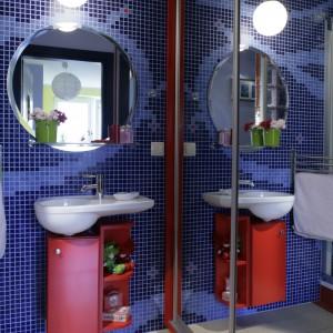 Łazienkę dla dziecka wprowadzono w morską estetykę już od drzwi z charakterystycznym bulajem. Ściany zdominowała ciemnoniebieska mozaika, na której miejscami pojawia się wzór imitujący wygląd dna morskiego. Projekt: Marcin Konopka. Fot. Monika Filipiuk -Obałek.