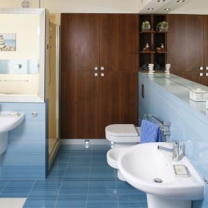 Ściany i podłogę łazienki wyłożono płytkami w kolorach intensywnego błękitu i łagodnego beżu, które stworzyły tu wyjątkowo udany duet: jak piasek i woda. Projekt: Marta Kruk. Fot. Bartosz Jarosz.