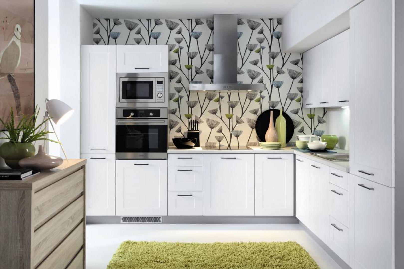 Zestaw mebli w małej kuchni bardzo często wypełnia przestrzeń od podłogi po sufit. Meble Edan z linii Family Line marki Black Red White. Fot. Black Red White.