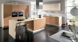 Górne szafki kuchenne są bardziej wyeksponowane niż dolna zabudowa. Przyciągają wzrok zarówno w zamkniętych, jak i otwartych kuchniach, gdzie widoczne są nawet z salonu.