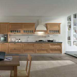 Dwukolorowy kremowo-brązowy okap kuchenny wkomponowano w aneks w korespondującym kolorze drewna. Uzyskano bardzo przytulną, domową aranżację. Fot. Falmec.