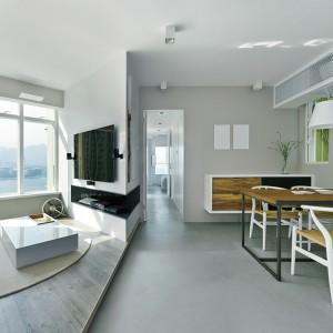 Niezwykle oryginalnie potraktowano temat szafki RTV. Zamiast tradycyjnego mebla, jej funkcję pełni wnęka w ścianie, poprowadzona wzdłuż jej załamania. Projekt: Millimeter Interior Design. Fot. Millimeter Interior Design.