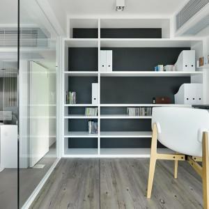 Jedną ze ścian w gabinecie w całości pokryto praktyczną zabudowną. Pojemne półki pozwalają na przechowywanie dokumentów, a także stanowią dekoracyjny element wnętrza. Połączenie kontrastujących barw daje estetyczny, elegancki efekt, a proste formy nadają meblowi nowoczesnego wyrazu. Projekt: Millimeter Interior Design. Fot. Millimeter Interior Design.