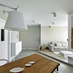Drewniane akcenty ocieplają wizualnie wnętrze i nadają mu klasycznego, domowego charakteru. Projekt: Millimeter Interior Design. Fot. Millimeter Interior Design.