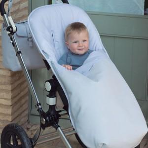 Pokrowiec na nóżki to zimą niezbędny element wyposażenia każdego wózka. Fot. Pasito a Pasito.