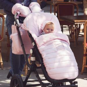 W ofercie dostępne są także ocieplacze, chroniące przed zimnem dłonie osoby prowadzącej wózek. Fot. Pasito a Pasito.