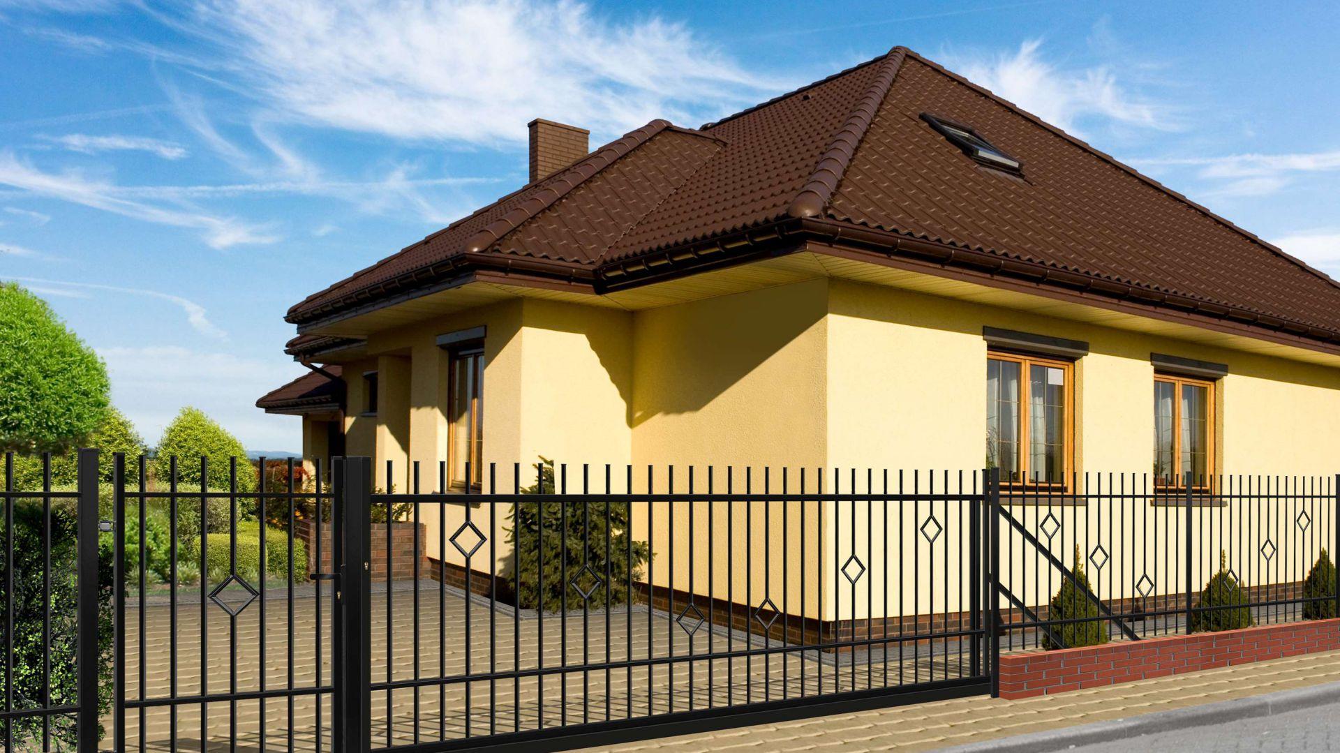 Klasyczne ogrodzenie Rita doskonale sprawdzi się w towarzystwie domów o tradycyjnej formie. Fot. Polagros.