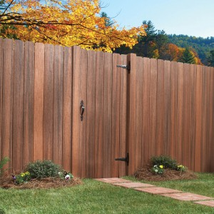 Tradycyjne, ciepłe kolory drewna mogą stworzyć efektowną dekorację ogrodu. Ogrodzenie widoczne na zdjęciu dostępne jest w trzech kolorach. Fot. Fiberon.