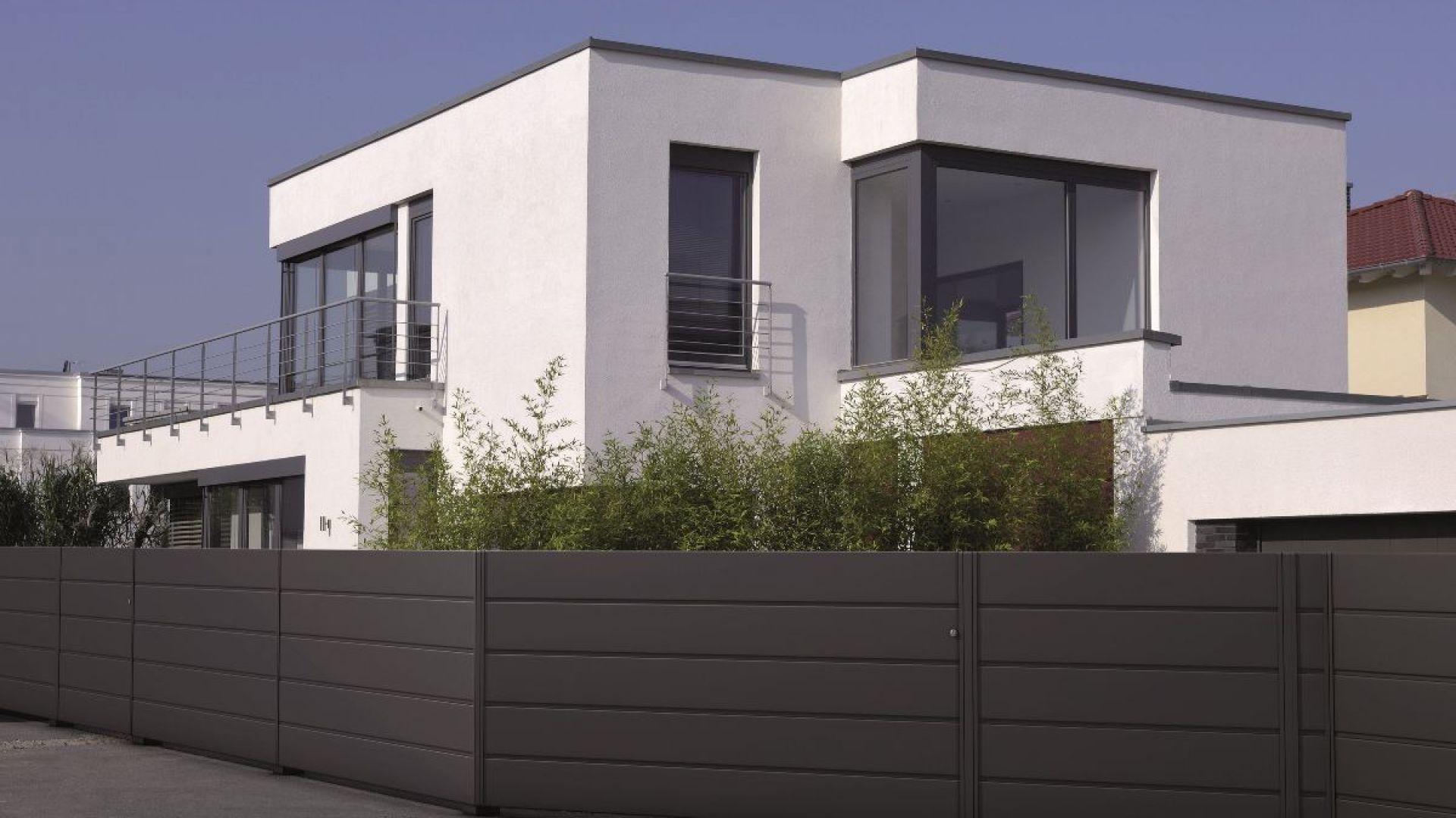 Aluminiowe ogrodzenie Vista będzie doskonałym rozwiązaniem jeśli nasz dom zaprojektowany jest w nowoczesnym stylu. Ma prostą, ale i elegancką formę. Fot. AluDom.