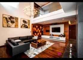 Zdjęcie salonu z widokiem na dużą sofę, antresolę oraz ścianę telewizyjną