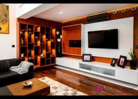 Zdjęcie salonu z widokiem na ścianę telewizyjną oraz regał.