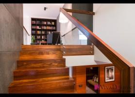 Zdjęcie schodów dywanowych z widokiem na bibliotekę.