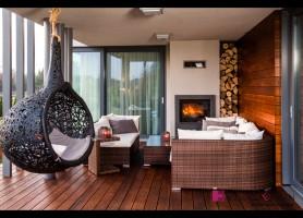 Zdjęcie tarasu z widokiem na kominek oraz miejsce do wypoczynku