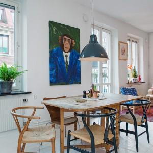 Jadalnia w stylu shabby schic. Drewniany, nielakierowany stół w jadalni nawiązuje zarówno do klasycznego stylu (zdobione nogi), jak i industrialnej surowości (surowa powierzchnia, sprawiająca wrażenie zużytego mebla). Fot. Alvhem Makleri & Interior / Fredrik J Karlsson, SE360.