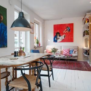 Podłogę w mieszkaniu wykończono drewnianymi belkami. Pomalowane na biało, pięknie nawiązują do stylu skandynawskiego. Fot. Alvhem Makleri & Interior / Fredrik J Karlsson, SE360.