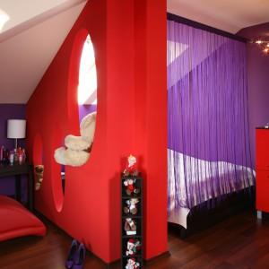 Mini sypialnię oddzielono od reszty wnętrza za pomocą ściany z ażurowymi, owalnymi otworami. Fot. Bartosz Jarosz.