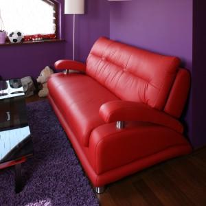 Skórzana, nowoczesna kanapa pomieści nawet czworo gości. Fot. Bartosz Jarosz.