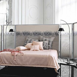 Jean Paul Gaultier, znany kreator mody zaprojektował serię mebli, w której zadbano o każdy detal. Łóżko z elementami stylu glamour otacza wysoki parawan. Fot. Roche Bobois.