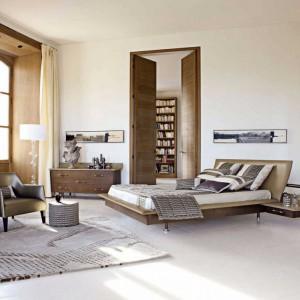 Łóżko Vanity z wbudowanymi szafkami nocnymi oraz zagłówkiem umieszczonym pod kątem. Projekt: Luigi Gorgoni. Fot. Roche Bobois.