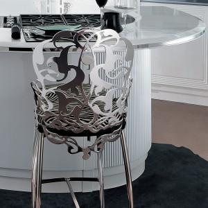 Diamentowa kuchnia to nie tylko szafki. Zestaw zawiera także krzesła barowe z dekoracyjnym, ażurowym kolorze w kolorze srebra. Fot. Brummel Cucine.