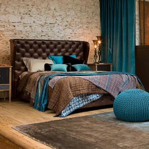 Łóżko Maestro z wysokim, pikowanym zagłówkiem. Projekt: Philipe Bouix. Fot. Roche Bobois.